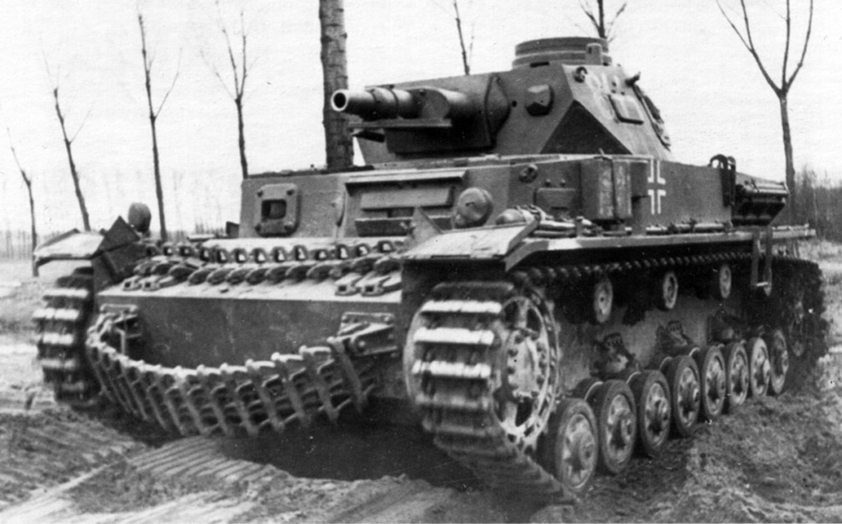 ​A large amount of spare track links hanging off the tank was a common sight - Pz.Kpfw.IV Ausf. D through E | Warspot.net