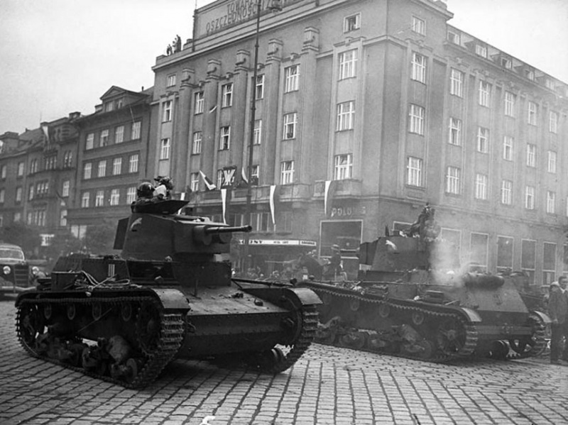 ​Two radio-equipped 7TP tanks on parade in Těšín, October 2nd, 1938 - 7TP: Polish Vickers | Warspot.net