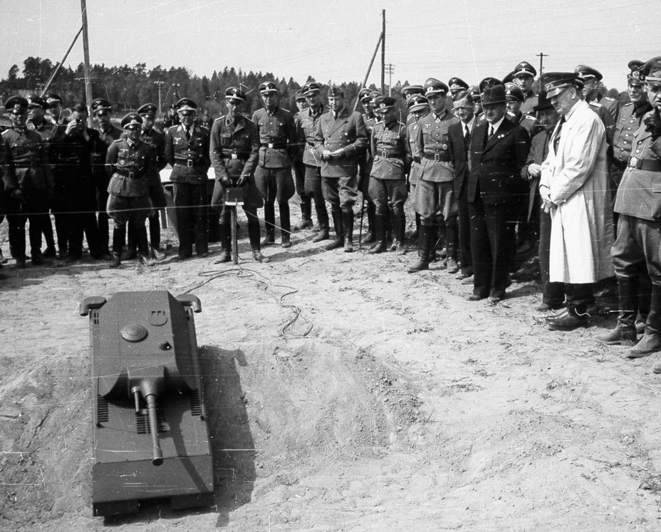 ​Demonstration of the Maus tank model to Hitler, «Wolf's Lair» headquarters, May 14th, 1943 - Mauschen: Rat Race | Warspot.net