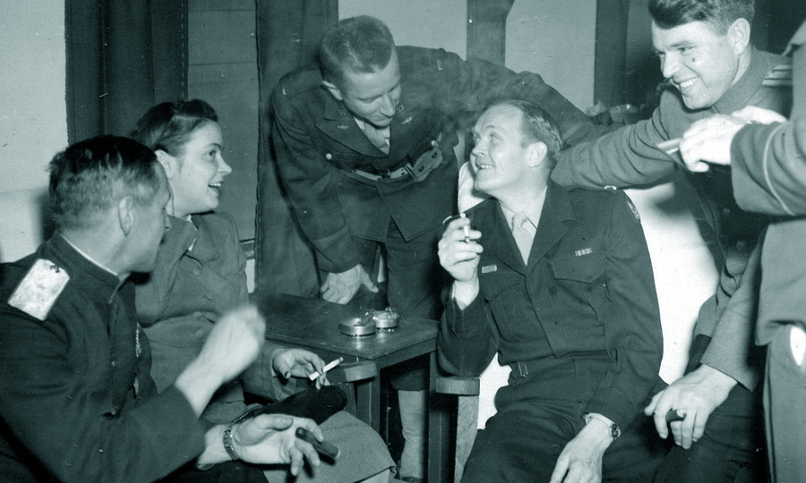 ​The usual atmosphere in the club. However, a Soviet officer with a cigar is not a usual sight - American holiday near Poltava | Warspot.net