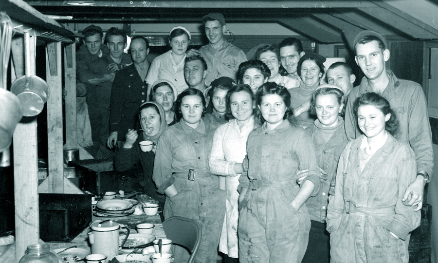 ​Soviet and American service staff of the dining room and the club. Looks like the enlisted men and sergeant staff had their own celebration… - American holiday near Poltava | Warspot.net