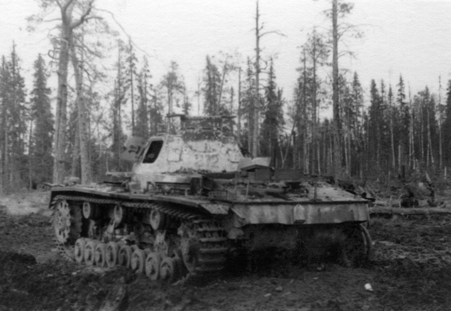 ​Broken down and abandoned PzIII Ausf. D with an Ausf. B turret from Panzer-Abteilung z.b.V.40, fall-winter 1941. Looks like passing units took the tank apart for parts - Pz.Kpfw.III Ausf B-D | Warspot.net