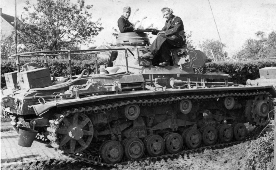 ​The large antenna above the engine deck is the only indication that this is a commander's tank - Pz.Kpfw.III Ausf B-D | Warspot.net