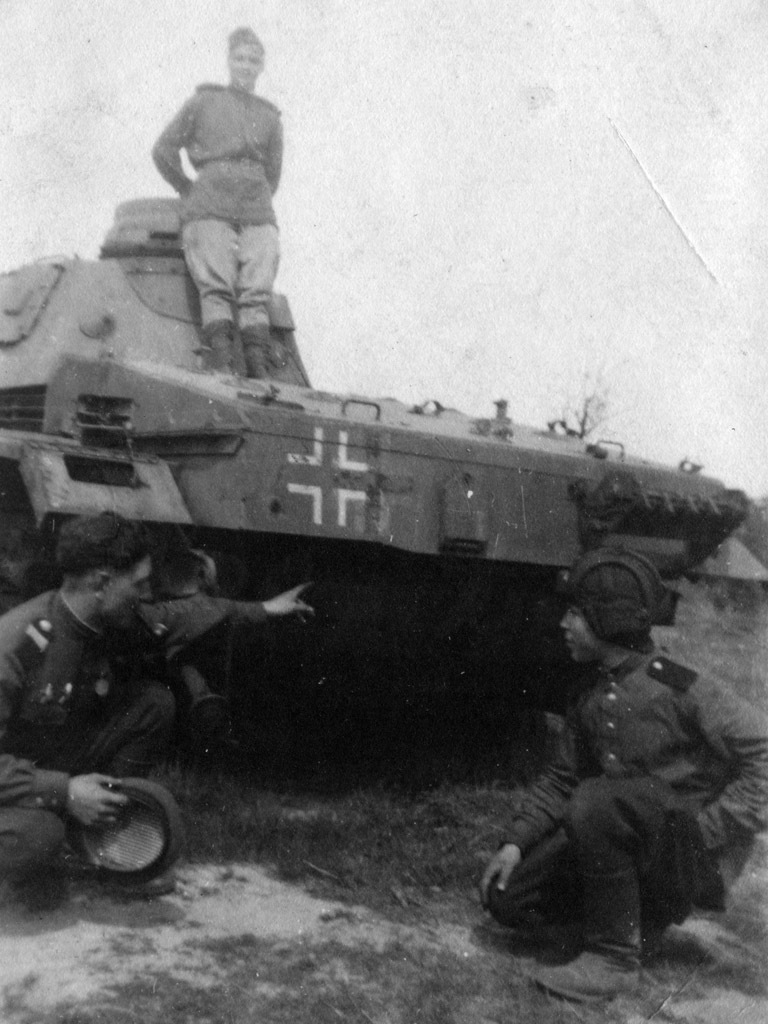 ​Soviet tankers in front of a Pz.Bef.Wg. Ausf.D1. Judging by the shoulderboards, the photo was taken no earlier than 1943 - Pz.Kpfw.III Ausf B-D | Warspot.net