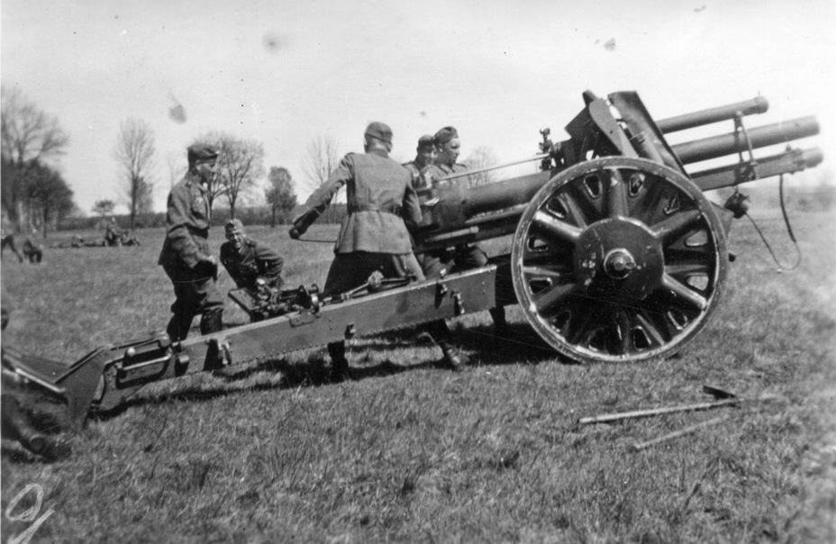 ​The 10.5 cm leFH 18 was Germany's primary light howitzer during the war. Its large mass, almost 2 tons, was one of the reasons that a self propelled version was needed - Pz.Sfl.IVb: Halfway to the Hummel | Warspot.net