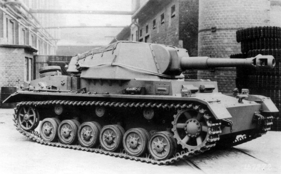 ​Pz.Sfl.IVb at the factory. The vehicle uses elements of the PzIV Ausf. F chassis - Pz.Sfl.IVb: Halfway to the Hummel | Warspot.net