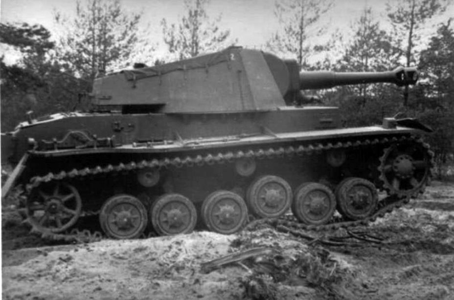 ​Mass produced Pz.Sfl. leFH 18 Ausf. A during exercises. The function of the suspension can be seen. The tactical number suggests that it was the second gun in the battery - Pz.Sfl.IVb: Halfway to the Hummel | Warspot.net