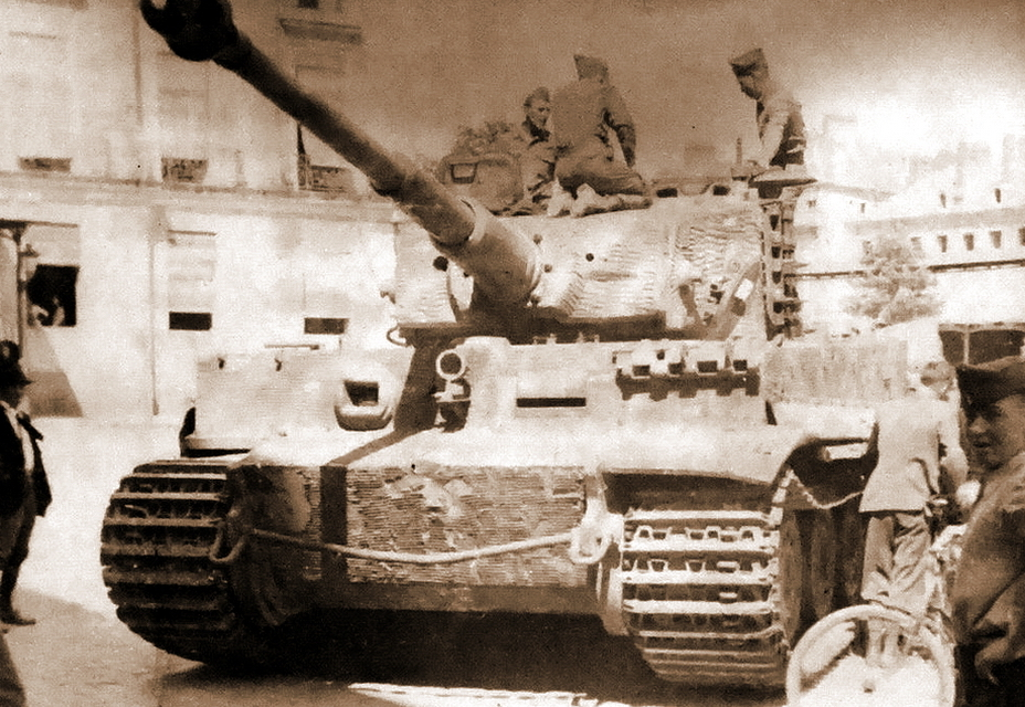​The earliest photograph of the Saumur Tiger. The French put the tank into working order and scraped off the crosses from the sides, but the turret still bears the original 114 markings - Exhibit with a History | Warspot.net