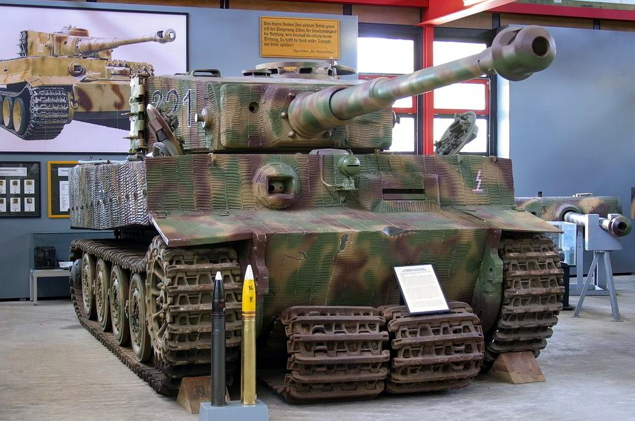 ​The Saumur Tiger, photographed on display at the Munster tank museum. Like in Saumur, the tank was on display here on narrow transport tracks. Wide combat tracks are stored below - Exhibit with a History | Warspot.net