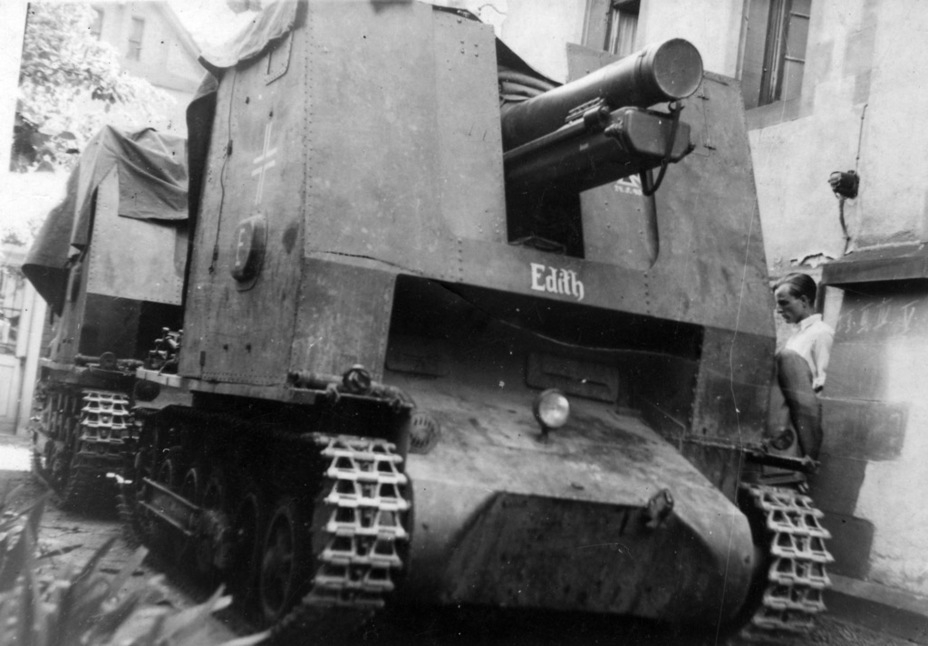 ​The fifth SPG from s.IG.Kp(Mot.S) 703, June of 1940. According to the inscription on the gun shielf, one of the SPG's crewmen died on May 24th of that year - Small, But Fierce | Warspot.net