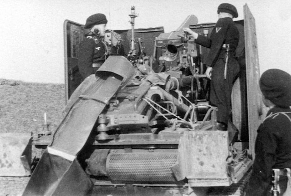 ​This SPG's crew seriously modified their vehicle. An improvised brass catcher can be seen, as well as a radio in the casemate - Small, But Fierce | Warspot.net