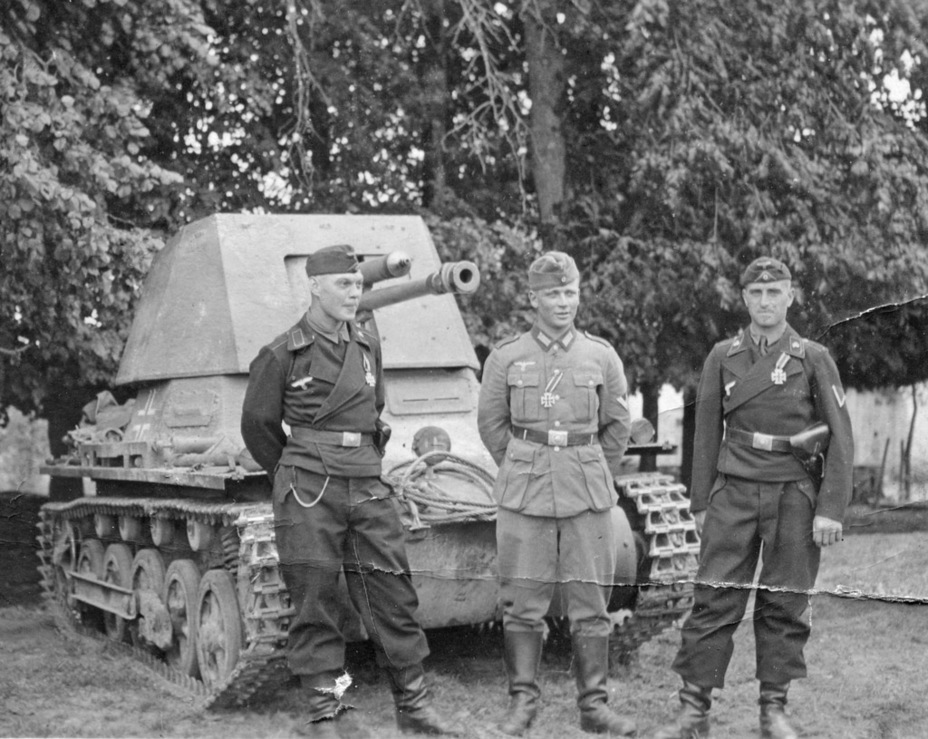 ​A three-man tank destroyer crew. Situations where the crewmen wore a tank uniform and the commander wore an infantry uniform were not uncommon - Small, But Fierce | Warspot.net