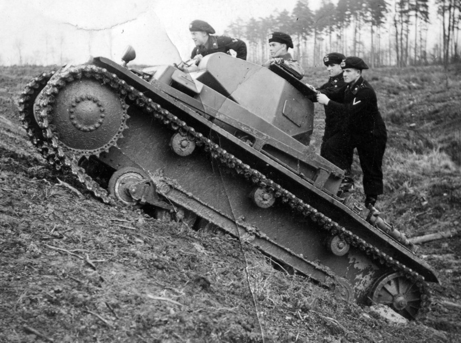 ​The PzII Ausf.b can be distinguished by a new drive sprocket. It was not changed on subsequent tanks - Pz.Kpfw.II Ausf.a through b: An Unplanned Tank | Warspot.net