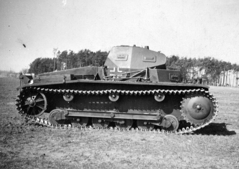 ​Modernized PzII Ausf.a. It has road wheels and track links from the PzII Ausf.b, an AA machinegun mount was added to the right side, and a smoke projector was added to the rear - Pz.Kpfw.II Ausf.a through b: An Unplanned Tank | Warspot.net
