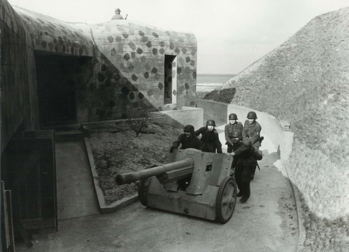 ​Gun crew moving into position. Obelisk anti-tank bunker, Scheveningen, Netherlands - French in German Hands | Warspot.net