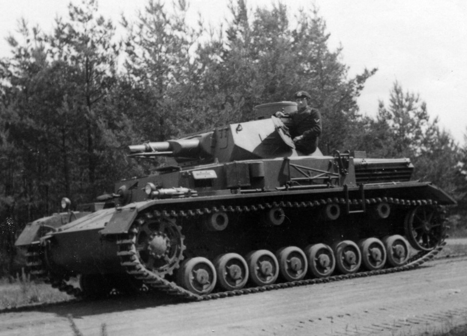 ​Some tanks had an antenna guard added underneath the gun to move the antenna out of the way - Pz.Kpfw.IV Ausf. A through C | Warspot.net