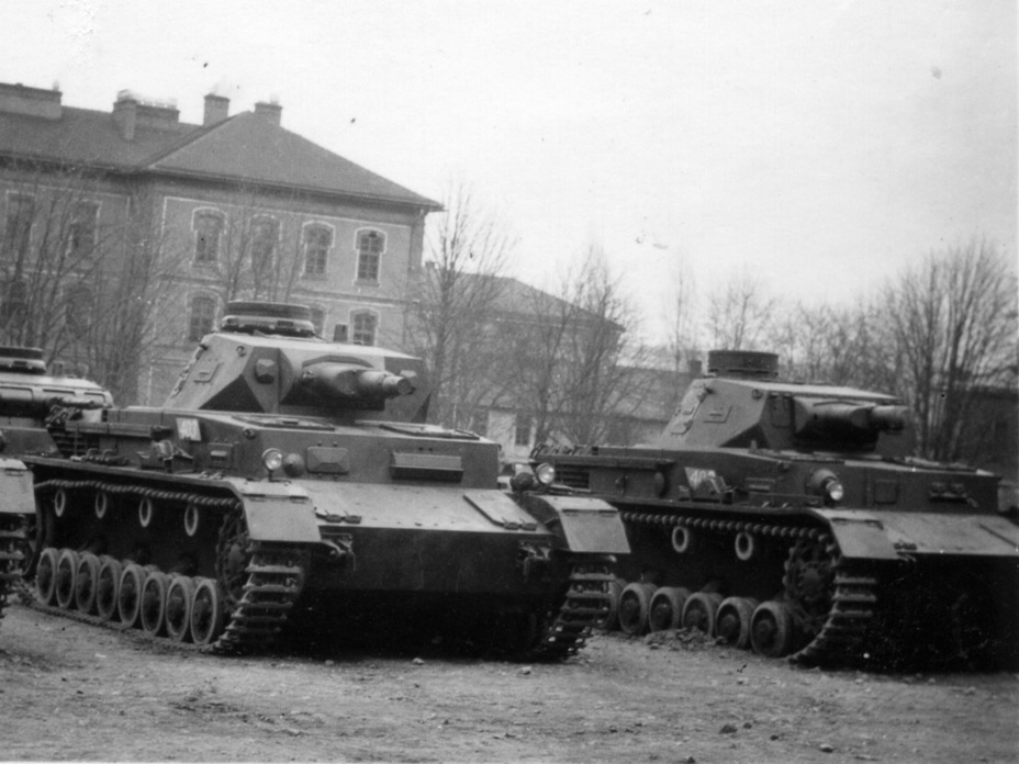 ​PzIV Ausf. B (left) and Ausf. A (right). This photo demonstrates the differences between the modifications - Pz.Kpfw.IV Ausf. A through C | Warspot.net