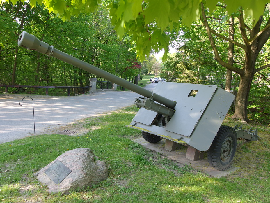 ​The 17-pounder anti-tank gun was a powerful weapon, but vulnerable on the battlefield due to its size and weight. The muzzle brake on this gun is not original - Modernization in the British Style | Warspot.net
