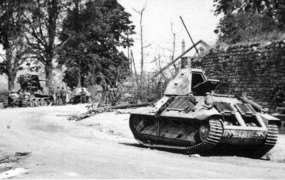 ​«La Luma», a knocked out tank from the 2nd company of the 7th BCC. In the background, you can see the PzI tank from the 10th Tank Division it knocked out, as well as a 8.8 cm Flak 18 (Sfl.) auf Zugkraftwagen 12t tank destroyer, destroyed by friendly fire from German aircraft - FCM 36: Ahead of its Time | Warspot.net