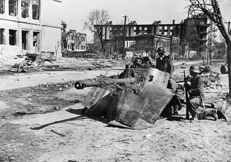 ​Crew of the German 50-mm anti-tank gun Pak 38 at the intersection of Saratovskaya and Kurskaya streets. The Germans are waiting for an attack from the South, where a firefight can be heard in the area of the square of Fallen Fighters - Unknown Stalingrad: Enemy at the Gates | Warspot.net