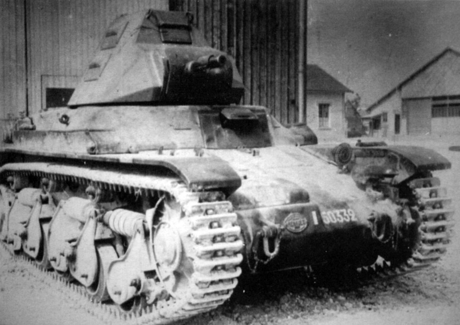 ​Tank number 50332, experimentally equipped with the Tourelle FCM. Due to an identical turret ring diameter, this replacement was easy - Renault R 35: More for Less  | Warspot.net