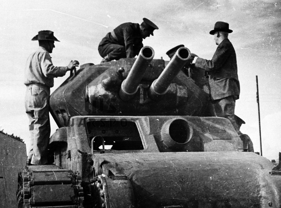 ​A stand-in for the 17-pounder. A turret with two 25-pounders was installed in the second AC I tank - The Australian Sentinel | Warspot.net