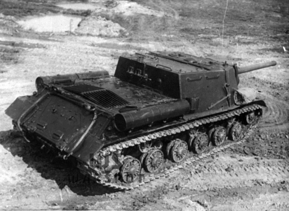 ​Spare track links were carried on the back of the hull. They were moved to the front in June of 1944 - ISU-122 Heavy Tank Destroyer | Warspot.net