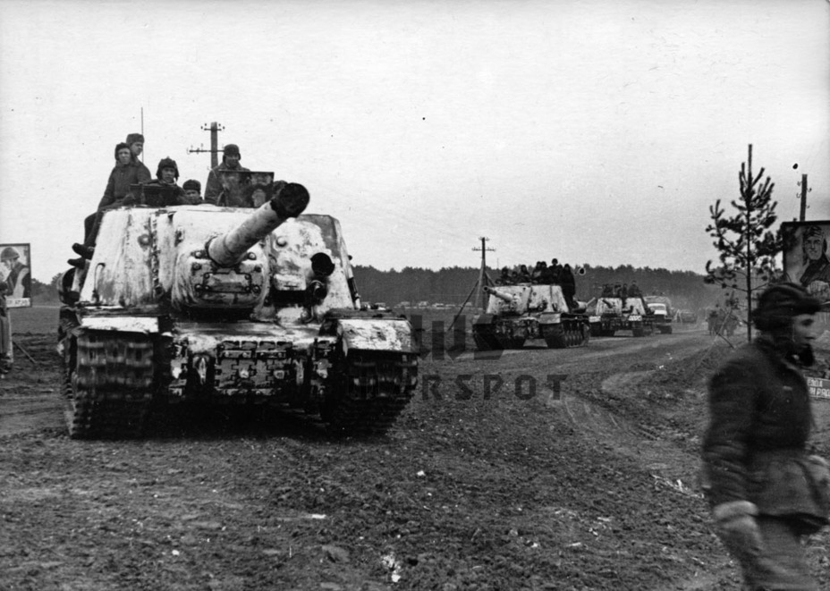 ​The ISU-122 in the second half of 1944. The spare tracks were moved to the front of the hull in June-July. AA mounts were introduced towards the end of the year - ISU-122 Heavy Tank Destroyer | Warspot.net