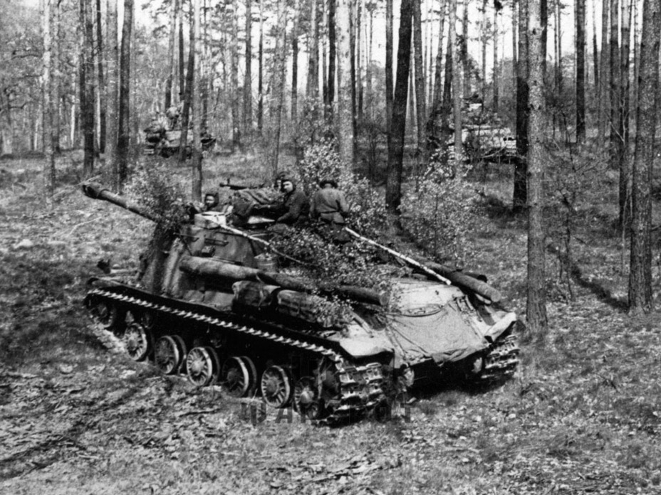 ​ISU-122 produced in February-March of 1945, Berlin operation, April 1945. Smoke bomb racks introduced on February 1st can be seen on the back - ISU-122 Heavy Tank Destroyer | Warspot.net
