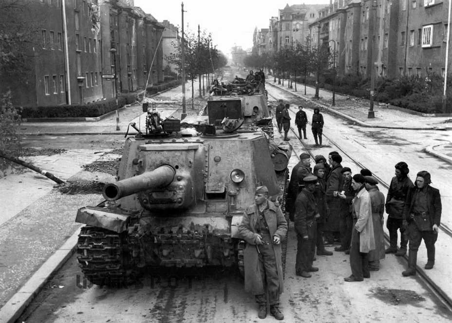 ​The ISU-122 in Berlin. This is how the later production vehicles looked. The one in the foreground already has a welded hull - ISU-122 Heavy Tank Destroyer | Warspot.net