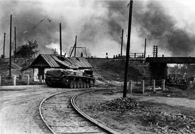 ​First shot from two German photos. On September 24 two self-propelled guns of 244th Division drove up to the railway viaduct on Krasnoznamenskaya Street. The names of the Stug commanders are well known: Lieutenant Ullrich Hempel commanded one vehicle, and the other was commanded by Chief Wahmister Karl Pfreundtner - Unknown Stalingrad: The City Garden | Warspot.net
