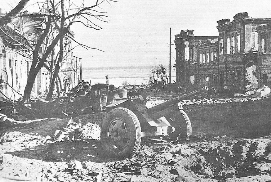 ​German photo: perspective on Lenin Street overlooking the embankment near the monument to pilot Kholzunov, is visible in the background - Unknown Stalingrad: The City Garden | Warspot.net