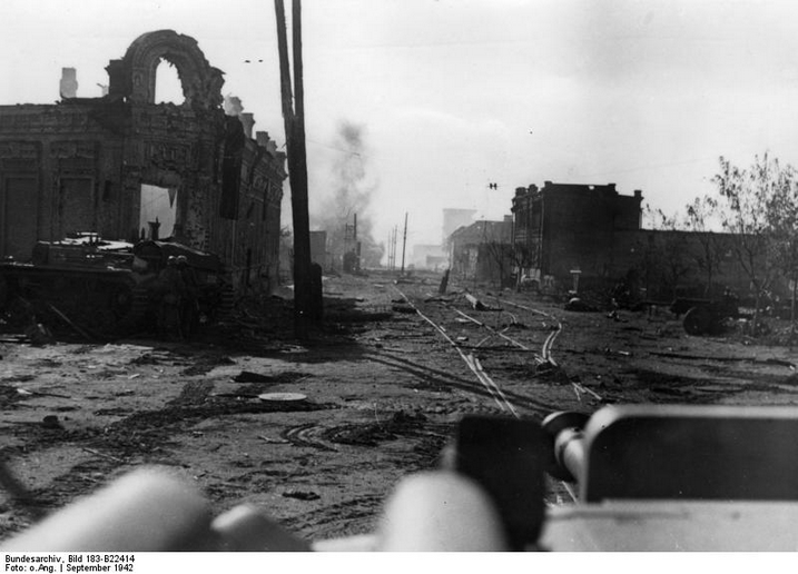​The next shot was taken from the Stug under command of Pfreudtner at the intersection of Krasnoznamenskaya and Kommunist streets, where the two self-propelled guns drove out. To the left of the building is Lieutenant Hempel's vehicle - Unknown Stalingrad: The City Garden | Warspot.net