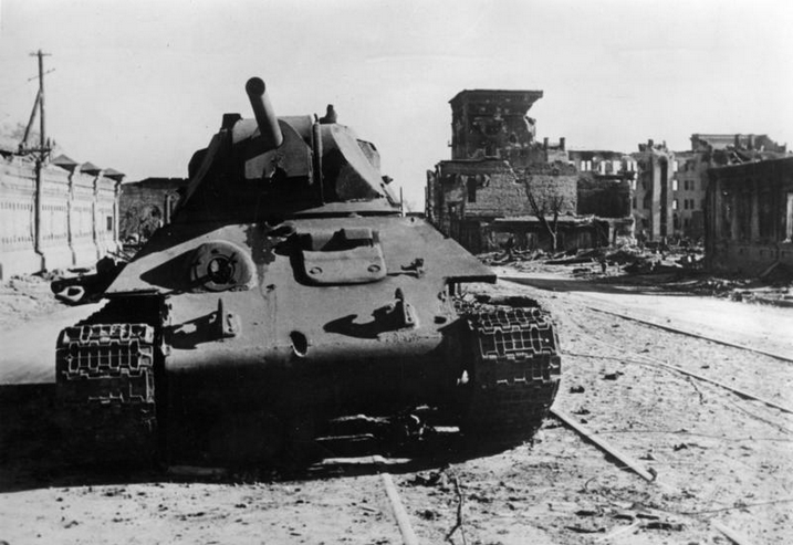 ​T-34 on Krasnoznamenskaya Street, which burned in the previous photo. A ricochet trace on the frontal armor and the damaged gun mask are visible, oil drips are noticeable. Traces of heavy shelling are visible on the northern wing of Inzhkoopstroy - Unknown Stalingrad: The City Garden | Warspot.net