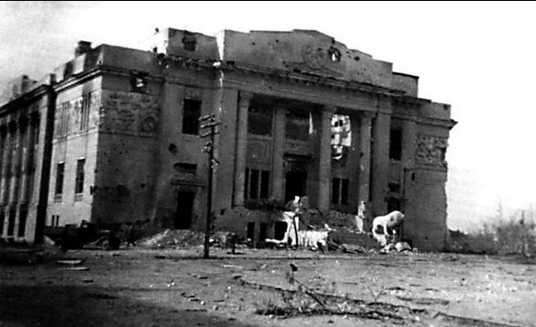 "​The central facade of the Gorky Drama Theater with the famous lions, view from the side of the Square of the Fallen Fighters. Photo from Wiegand Wuester's book ""In the Hell of Stalingrad"", late September 1942 - Unknown Stalingrad: The City Garden 