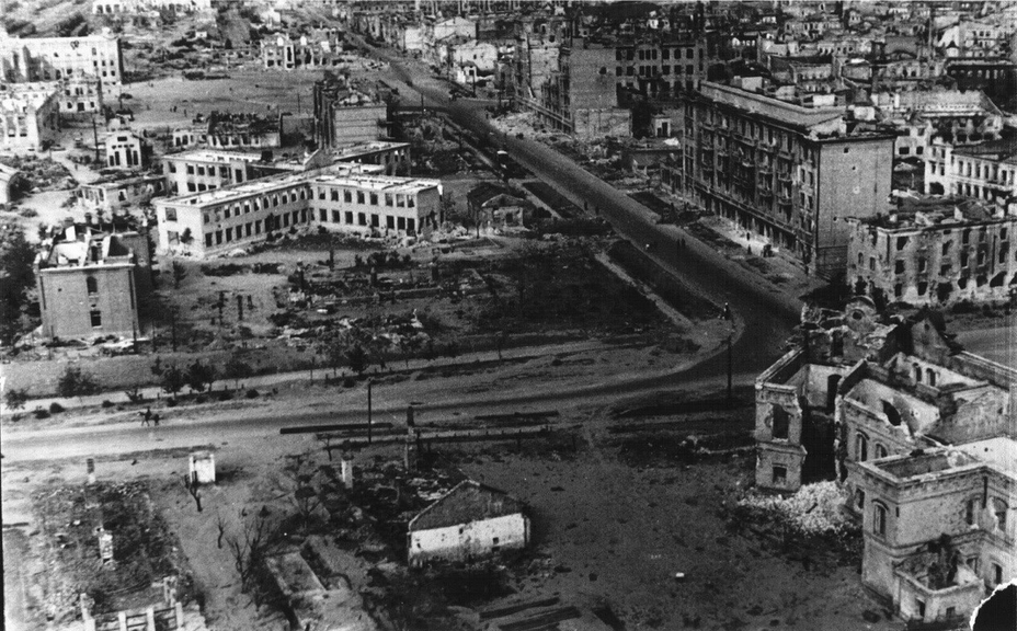 ​Post-war photo, perspective of Kommunisticheskaya Street towards the Station Square. The ruins of the fire station are visible in the lower right corner. In the upper left corner is the Central Station - Unknown Stalingrad: The City Garden | Warspot.net