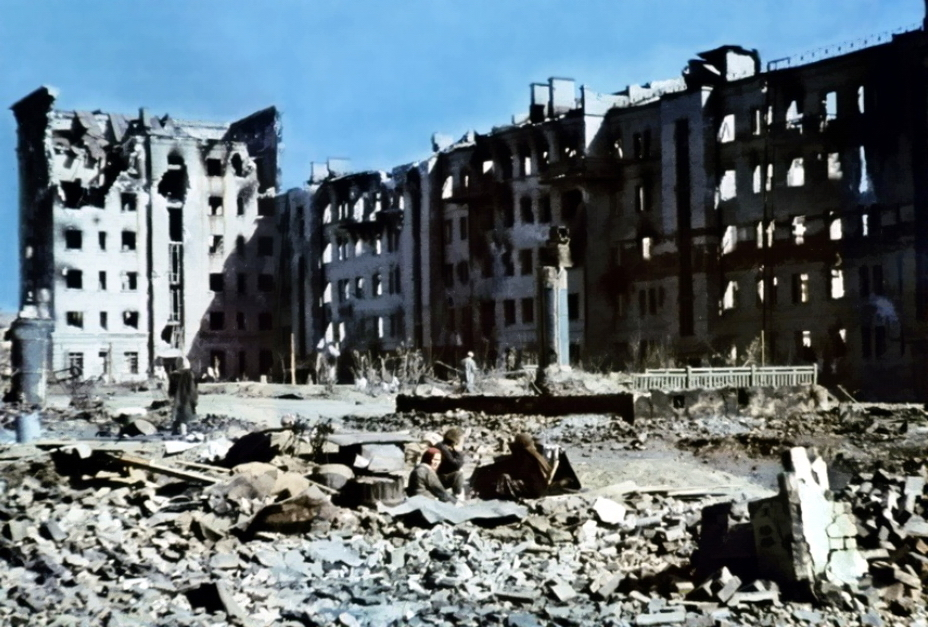 "​The five-six-storey building of Inzhkoopstroy (Acronym for ""Engineer Cooperative Building"") on Krasnoznamenskaya Street was the tallest building in the area. On the left you can see the destroyed northern wing of the building, where the Red Army machine-gun crews took positions. The German color photo was taken after the area was captured. One of the many families of Stalingrad who remained in the besieged city and were trying to survive on the battlefield was caught in the camera lens. The building has not survived to this day - Unknown Stalingrad: The City Garden 