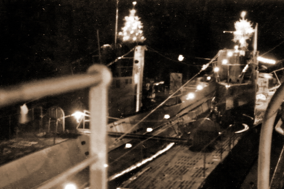 ​There are two brightly lit Christmas trees, installed on the deckhouses of two German submarines. It indicates that the picture was taken in peacetime. Presumably, on the photo there are U 33 and U 34, returned to Wilhelmshaven from the watch off the coast of Spain on December 22, 1936 (http://reichsmarschall.com) - Christmas under the periscope | Warspot.net