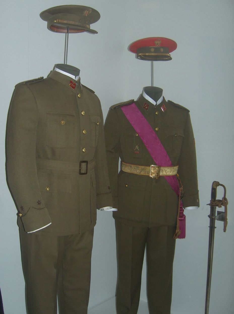 ​The uniform of the Spanish army of the mid-twentieth century. From left to right: everyday combined-arms officer's uniform, parade-exit uniform of an officer of colonial units. Photo by the author - In memory of past greatness | Warspot.net