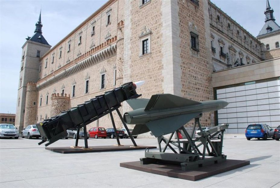 ​Hawk (foreground) and Patriot Anti-Air missiles near the walls of the museum. — cadenaser.com - In memory of past greatness | Warspot.net