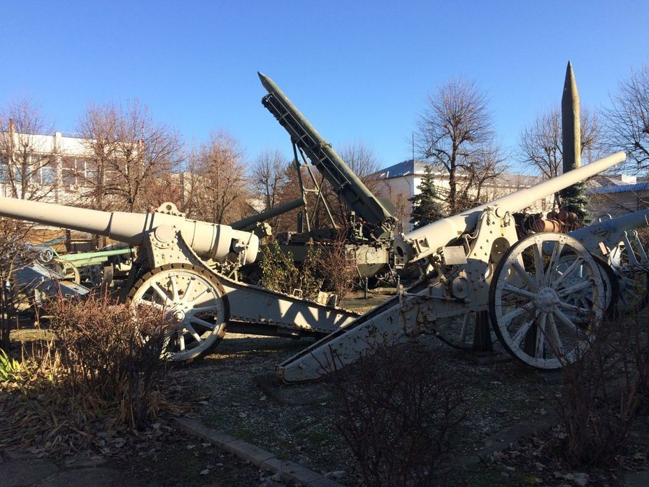 ​Cannons of the First World War and operational-tactical missiles. Photo by the author - Romanian military history from antiquity to the 21st century | Warspot.net