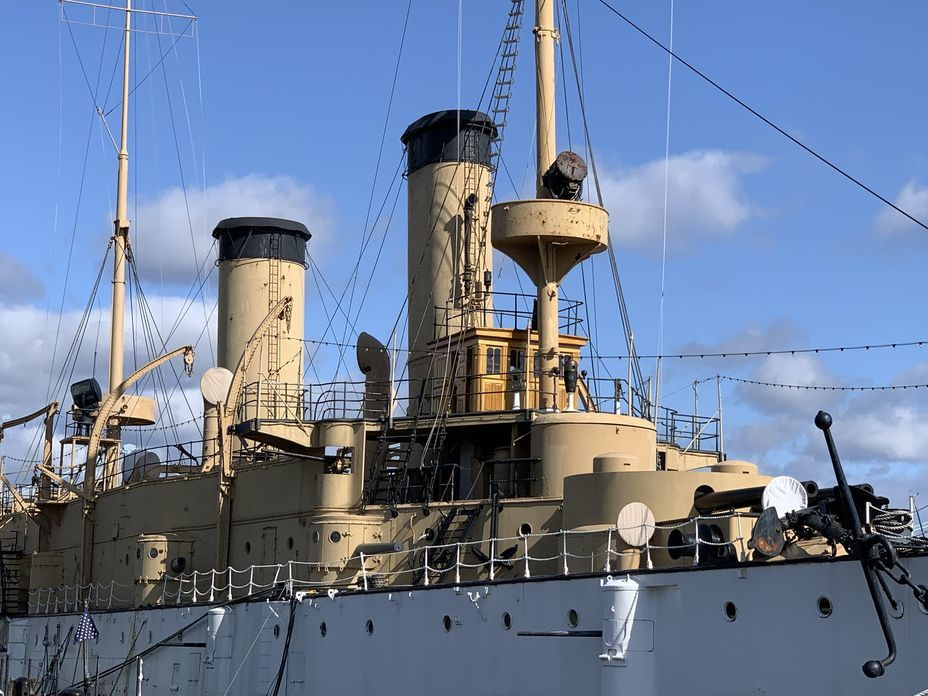 ​View of the bow of the cruiser. A mock-up of the bow turret of 8-inch guns is visible, behind it a little higher is the conning tower, behind it is the wooden wheelhouse. Photo by the author - Interesting Mismatch | Warspot.net