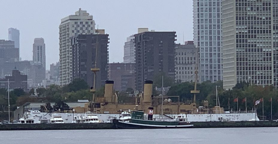 ​The ship against the backdrop of the skyscrapers of Philadelphia. Photo by the author - Interesting Mismatch | Warspot.net