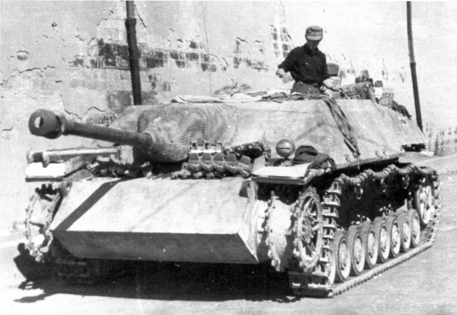 ​A plug was welded over the left hand machine gun port in March of 1944 when the le.Pz.Jg.IV lost its second machine gun. After the hulls with this port were used up, it vanished - Jagdpanzer IV: The Best StuG | Warspot.net