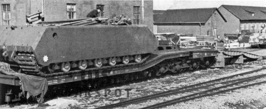 ​Arrival of the chassis of the second prototype. The first prototype was used to tow it and can be seen in the photo - Stillborn Maus  | Warspot.net