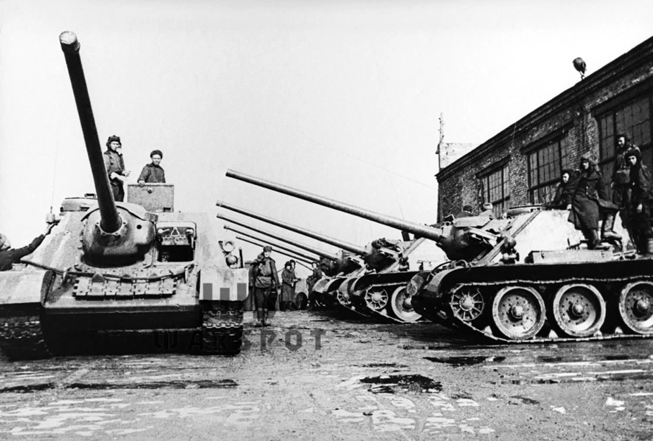 ​Production SU-100s at the delivery courtyard, spring 1945 - SU-100: Optimal Modernization  | Warspot.net