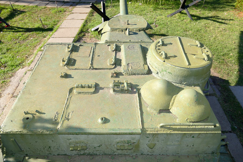 ​The roof of a typical SU-100 produced between September 1944 and January 1945 - SU-100: Optimal Modernization  | Warspot.net