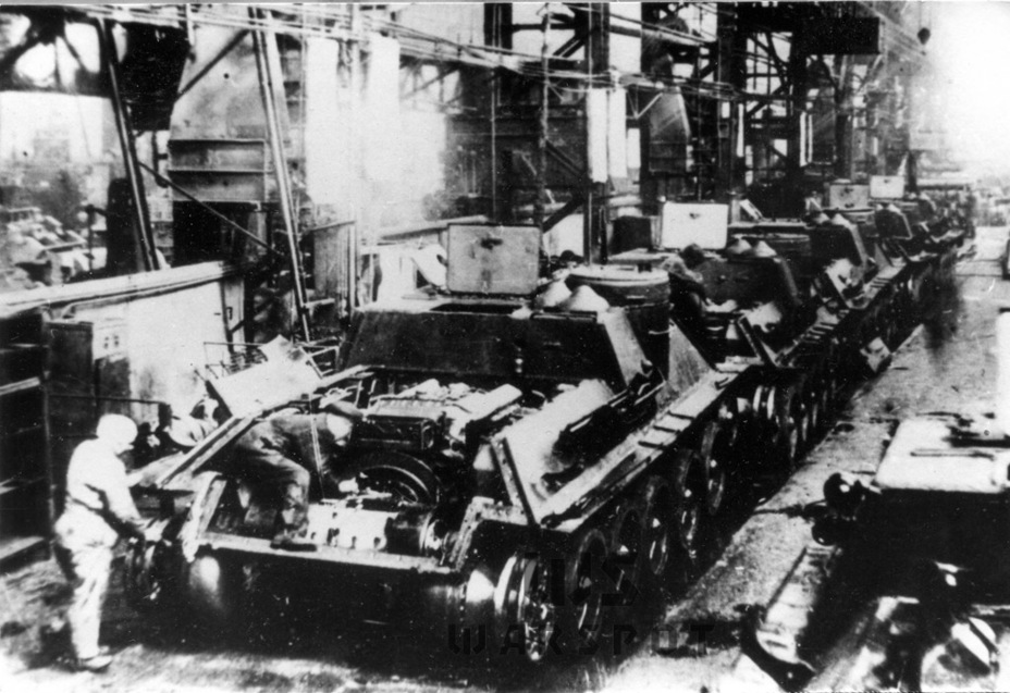 ​Production of the SU-100, May-June 1945. The second casemate hatch flap and bracing on the side plates are missing - SU-100: Optimal Modernization  | Warspot.net